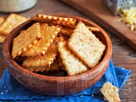 Домашни лесни и бързи крекери / соленки със сирене чедър - снимка на рецептата